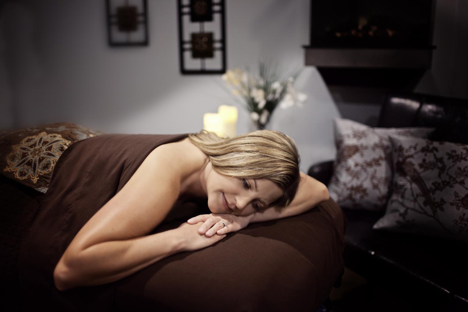 žena, masážna posteľ