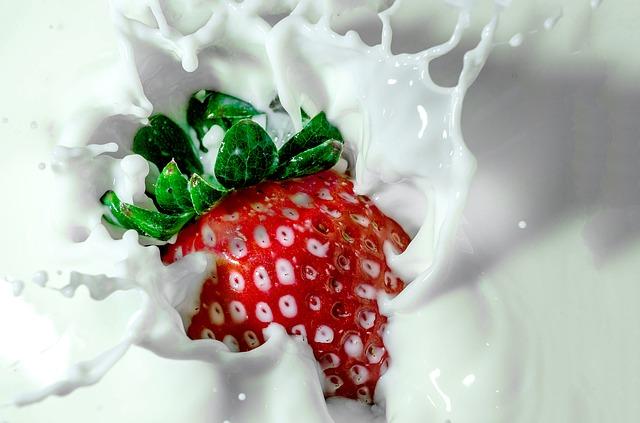 Jahoda ponorená v mlieku.jpg