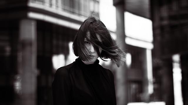 Žena v čiernom roláku v meste.jpg