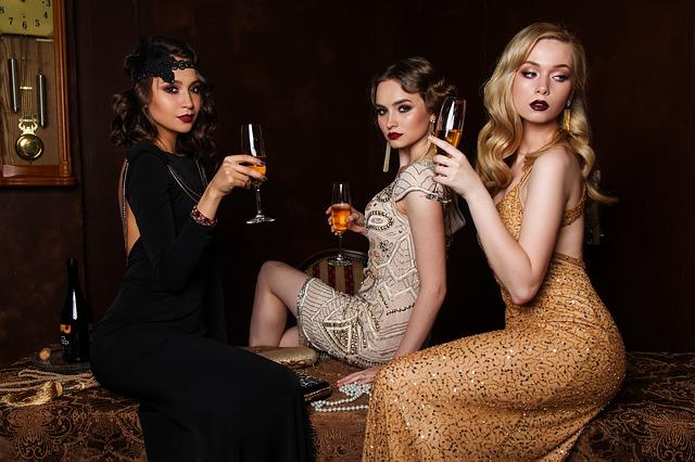 tri ženy so šampanským.jpg
