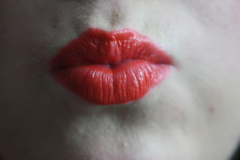 Ženské pery namaľované na červeno