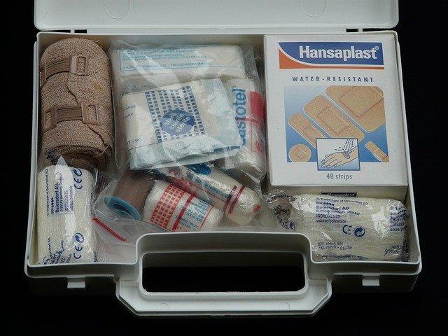 Lekárnička s liekmi, obväzmi a náplasťami.jpg
