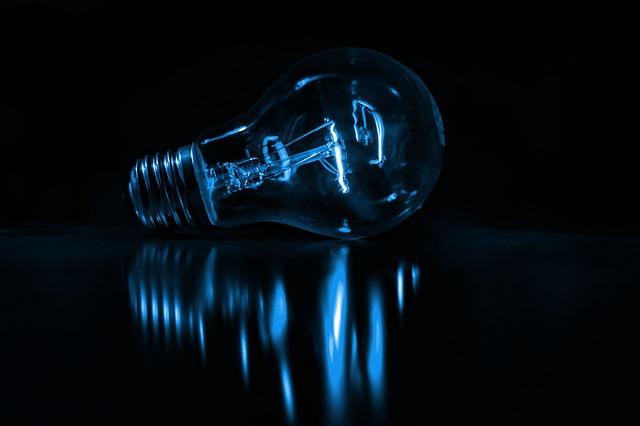 Žiarovka na tmavom pozadí.jpg
