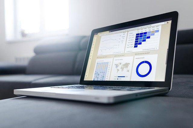 Otvorený počítač s grafmi na obrazovke položený na gauči.jpg