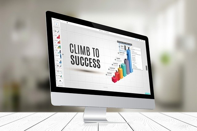 Počítač s nápisom climbing to succes na obrazovke.jpg