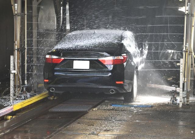 Čierne auto v autoumyvárni.jpg